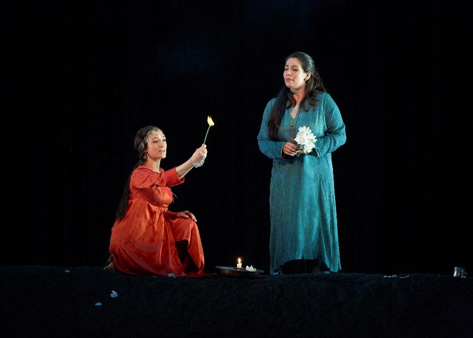 Lakmé (Sabine Devieilhe) & Mallika (Elodie Méchain) © Pierre Grosbois