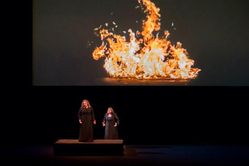 De g. à dr. : Violeta Urmana, Janina Baechle, le feu du vidéaste Bill Viola (© Charles Duprat / ONP)