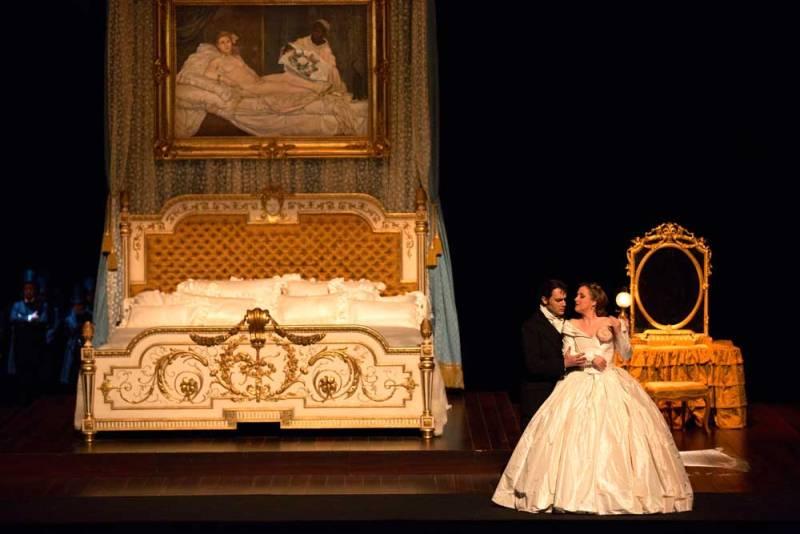 Francesco Demuro (Alfredo Germont) & Diana Damrau (Violetta Valery) (© Opéra National de Paris / Elisa Haberer)