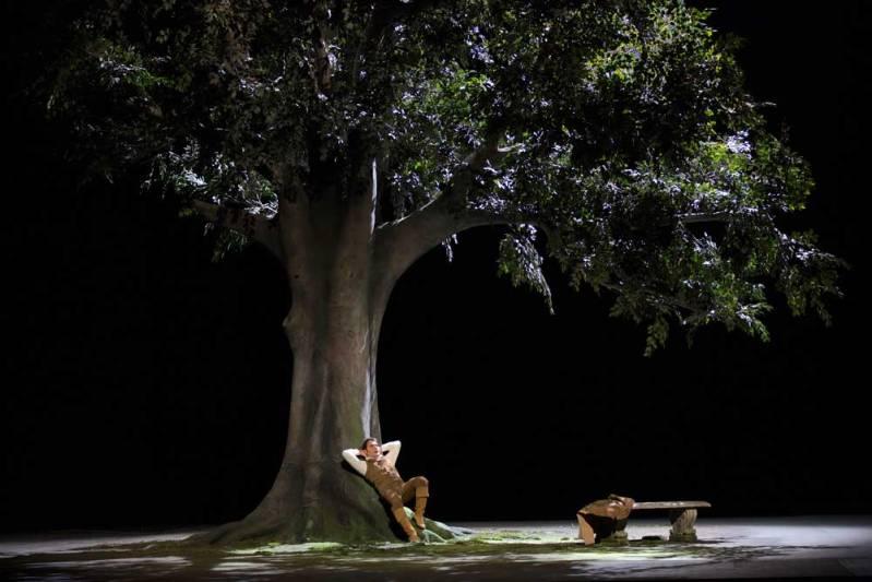 Francesco Demuro (Alfredo Germont) au pied de l'arbre imaginé par le décorateur Sylvain Chauvelot (© Opéra National de Paris / Elisa Haberer)