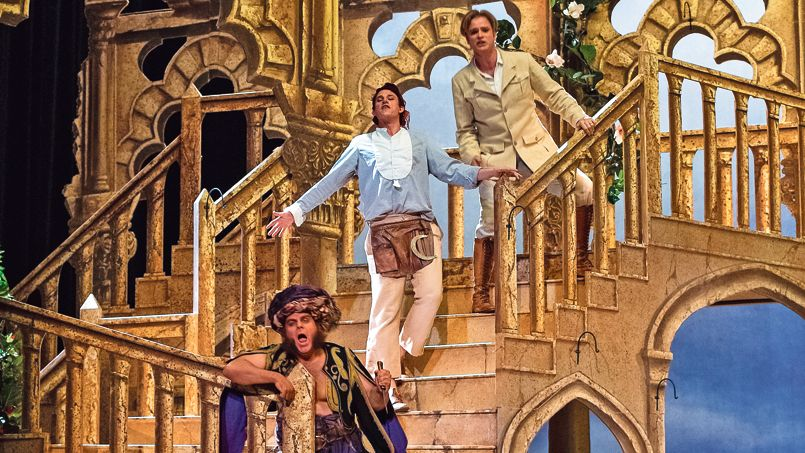 """L'Enlèvement au sérail"" à l'Opéra Garnier : de bas en haut, Osmin (Lars Woldt), Pedrille (Paul Schweinester), Belmont (Bernard Richter) / © Figaro"