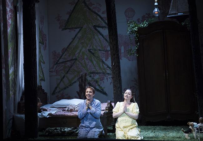 Hansel (Andrea Hill) & Bernarda Bobro (Gretel) / © Julien Benhamou/ONP