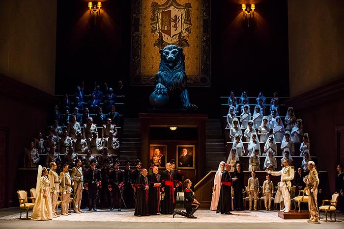"""De g. à dr. : Sonia Ganassi (Chimène), Roberto Alagna (Rodrigue), Nicolas Cavallier (le Roi). """"Le Cid"""" de Massenet (© Agathe Poupeney / Opéra National de Paris)"""