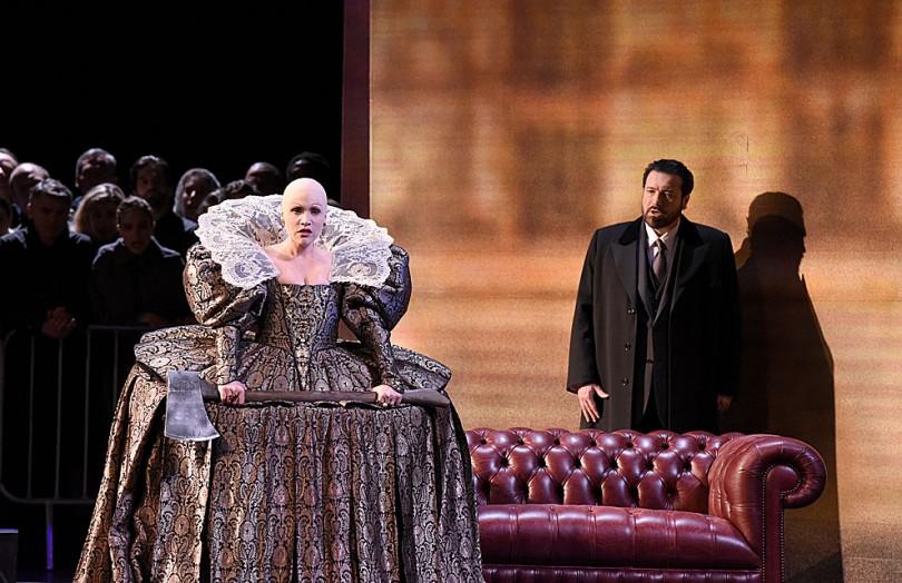 """""""Maria Stuarda"""" au Théâtre des Champs-Elysées. Carmen Giannattasio (Elisabeth) & Carlo Colombara (Talbot) / © Vincent Pontet"""