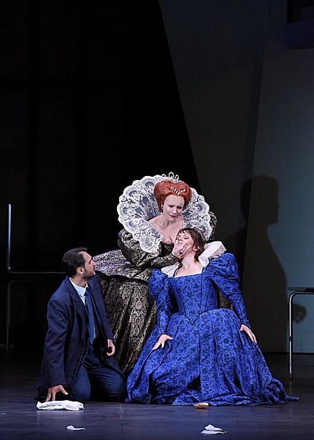 Carmen Giannattasio (Elisabeth) & Aleksandra Kurzak (Maria Stuarda) / © Vincent Pontet