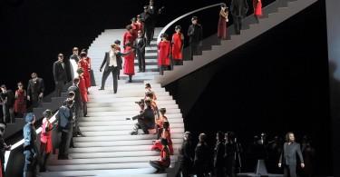 Le grand escalier au bal. Isolé, en bas et à droite, Thomas Johannes Mayer (Mandryka) / Opéra de Munich© Wilfried Hösl