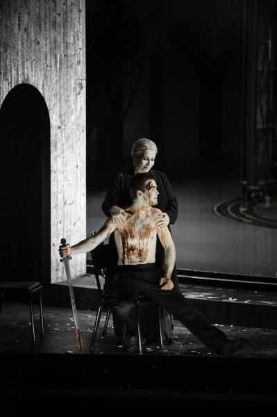 Euryclée (Élodie Méchain) avec le faux Télémaque (© Klara Beck / Opéra du Rhin)