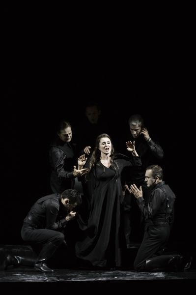 Pénélope (Anna Caterina Antonacci) et les Prétendants (© Klara Beck / Opéra du Rhin)
