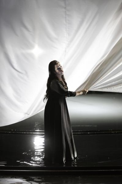Anna Caterina Antonacci (Pénélope) détisse le linceul (Klara Beck / Opéra du Rhin)