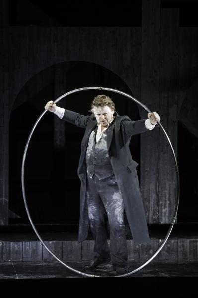 Ulysse (Marc Laho) bande l'arc (© Klara Beck / Opéra du Rhin)