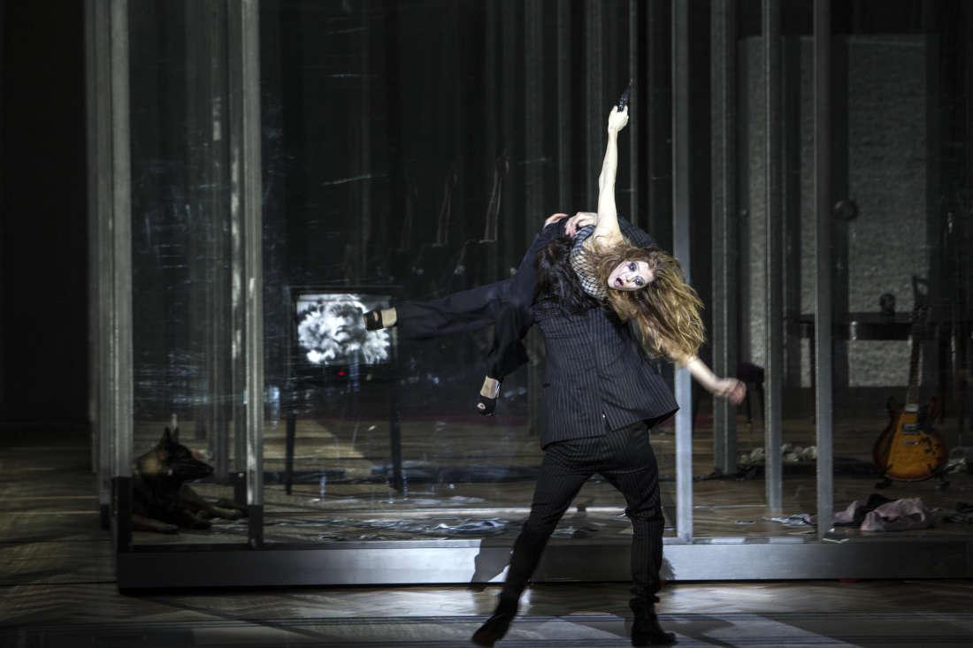 """La Voix Humaine"" : Elle (Barbara Hannigan) & Lui (Claude Bardouil). © Bernd Uhlig / Opéra National de Paris"