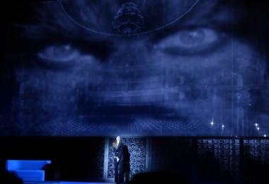 """Barbara Hannigan (Judith) dans """"La Voix Humaine"""" de Poulenc (© Bernd Uhlig / Opéra National de Paris)"""