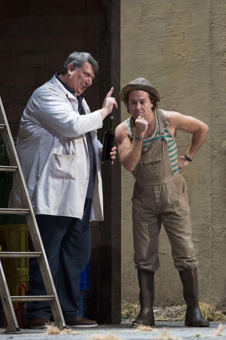 Dulcamara (Ambrogio Maestri) & Nemorino (Roberto Alagna) / © Christophe Pelé - Opéra National de Paris