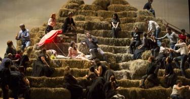L'Elixir d'amour à l'Opéra Bastille (© Christophe Pelé / Opéra National de Paris)