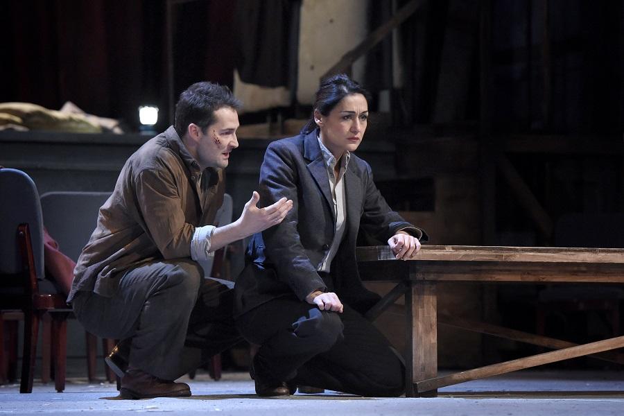 """""""Mithridate"""" au Théâtre des Champs-Elysées (février 2016) : Pharnace (Christophe Dumaux) & Xipharès (Myrtò Papatanasiu) / © Vincent Pontet"""