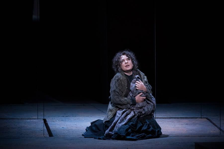 """""""Le Trouvère"""". Ekaterina Semenchuk (Azucena) / © Charles Duprat (Opéra National de Paris)"""