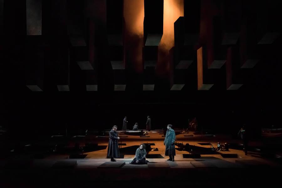 """Le Trouvère"". Ludovic Tézier (Il Conte di Luna) – Ekaterina Semenchuk (Azucena) - Roberto Tagliavini (Ferrando) / © Charles Duprat / Opéra National de Paris"
