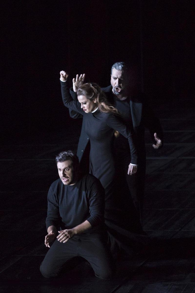 Carlos (Andrea Carè), Eboli (Elena Zhidkova), Posa (Tassis Christoyannis) / © Klara Beck (Opéra National du Rhin)