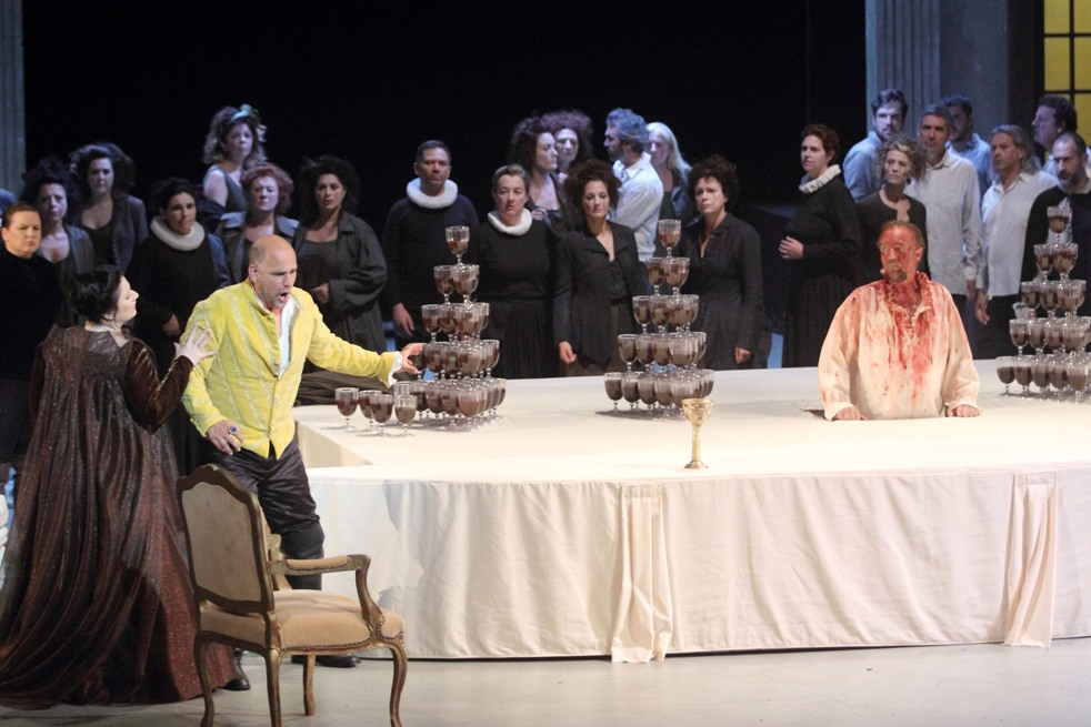 Le banquet. Csilla Boross (Lady Macbeth), Juan Jesus Rodriguez (Macbeth), Vojtek Smilek (apparition du spectre de Banquo) / © Christian Dresse (Opéra de Marseille)