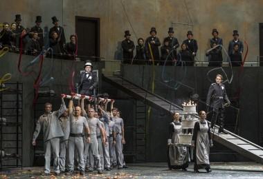 """Lucia di Lammermoor"" à l'Opéra-Bastille : Oleksiy Palchykov (Arturo Bucklaw) & Artur Rucinski (Enrico Ashton) - © Sebastien_Mathé / OnP"