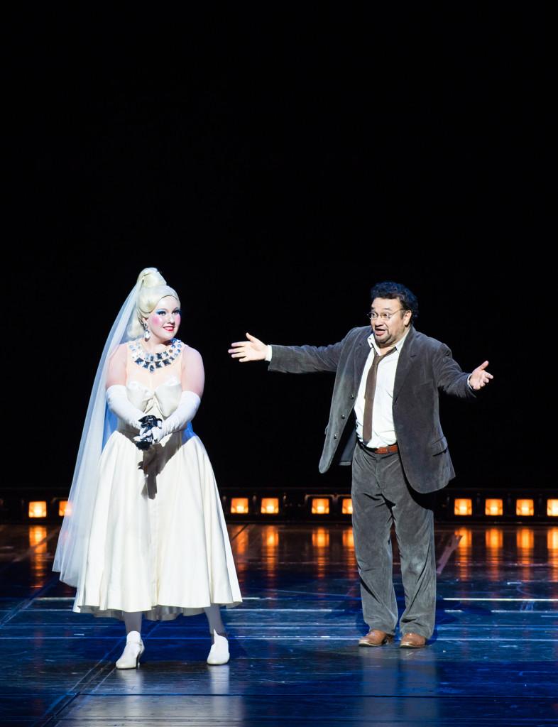 """Les Contes d'Hoffmann"", octobre 2016 à l'Opéra Bastille : Nadine Koutcher (Olympia) - Ramón Vargas (Hoffmann) / © Julien Benhamou (ONP)"