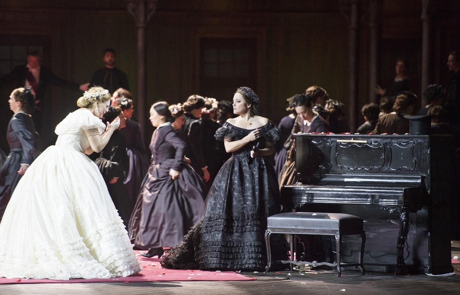 Martina Serafin (Elsa Von Brabant) et Evelyn Herlitzius (Ortrud) (© Monika Rittershaus / Opéra national de Paris)