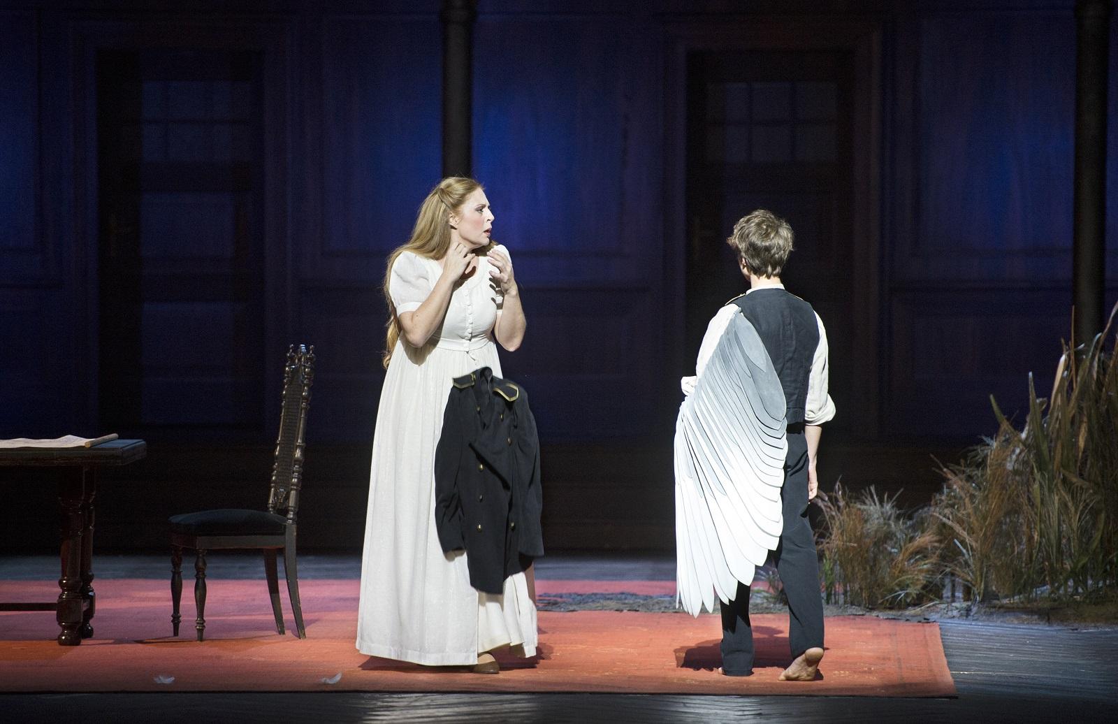 Martina Serafin (Elsa Von Brabant) et le double du cygne / (© Monika Rittershaus / Opéra national de Paris)