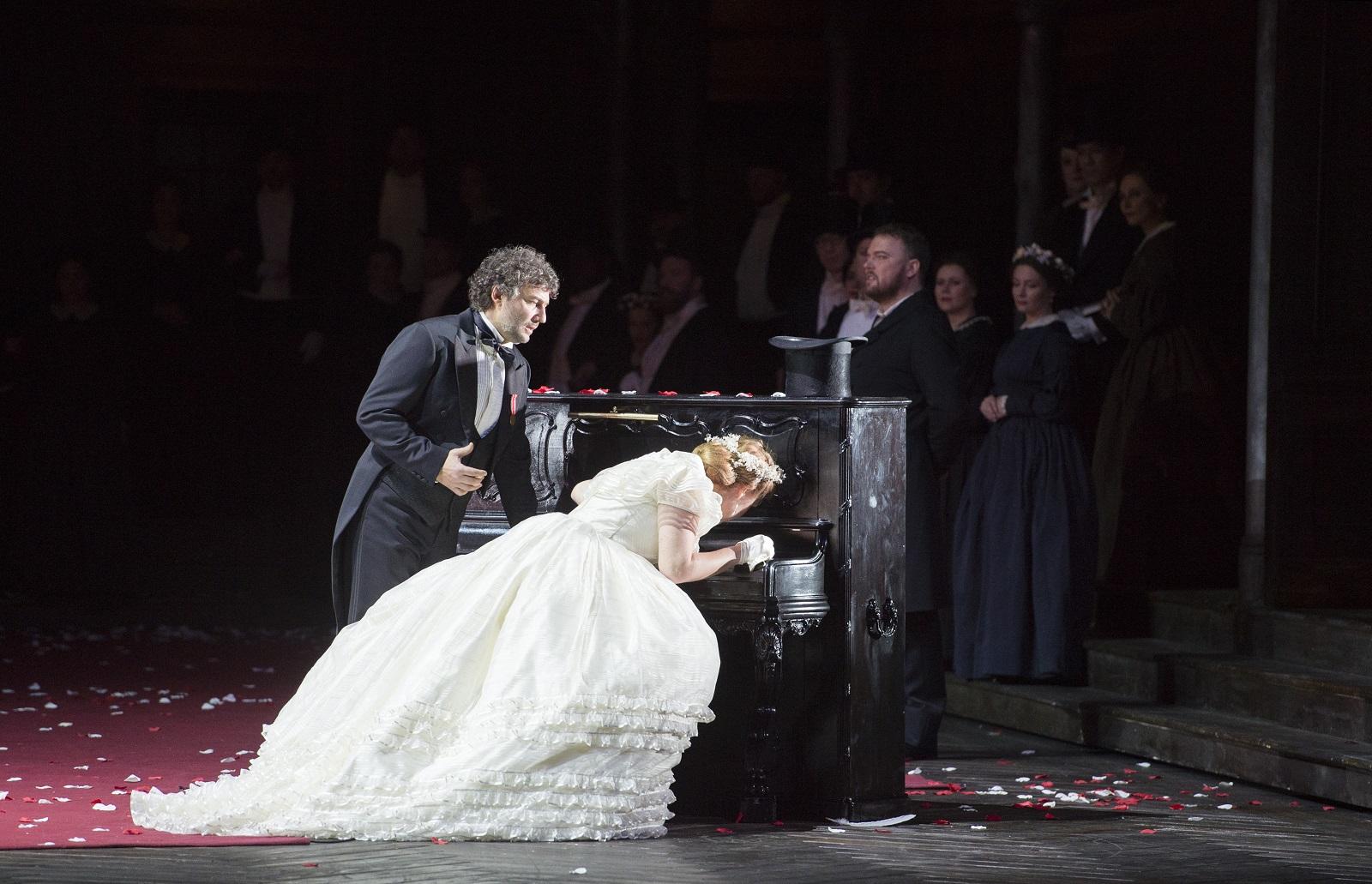 Jonas Kaufmann (Lohengrin) et Martina Serafin (Elsa Von Brabant) (© Monika Rittershaus / Opéra national de Paris)