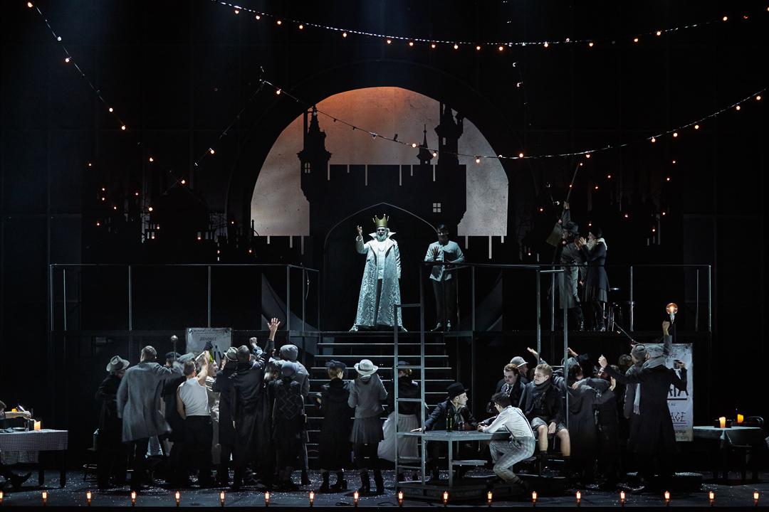 """""""Fantasio"""" au Châtelet : Franck Leguerinel, en haut de l'escalier (roi de Baviere) / © Pierre Grosbois (Opéra-Comique)"""