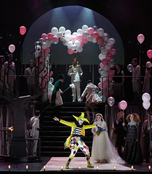 Marianne Crebassa (Fantasio), Marie-Eve Munger (Elsbeth) & Alix Le Saux (Flamel) / © Pierre Grosbois (Opéra-Comique)