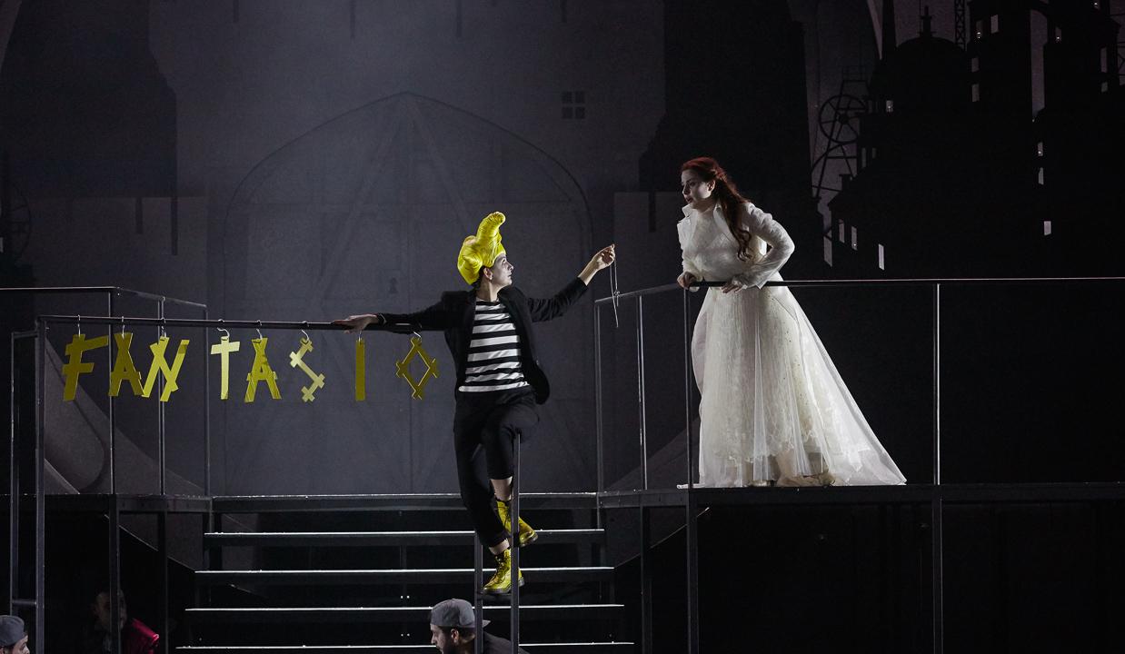 Marianne Crebassa (Fantasio) & Marie-Eve Munger (Elsbeth) / © Pierre Grosbois (Opéra-Comique)