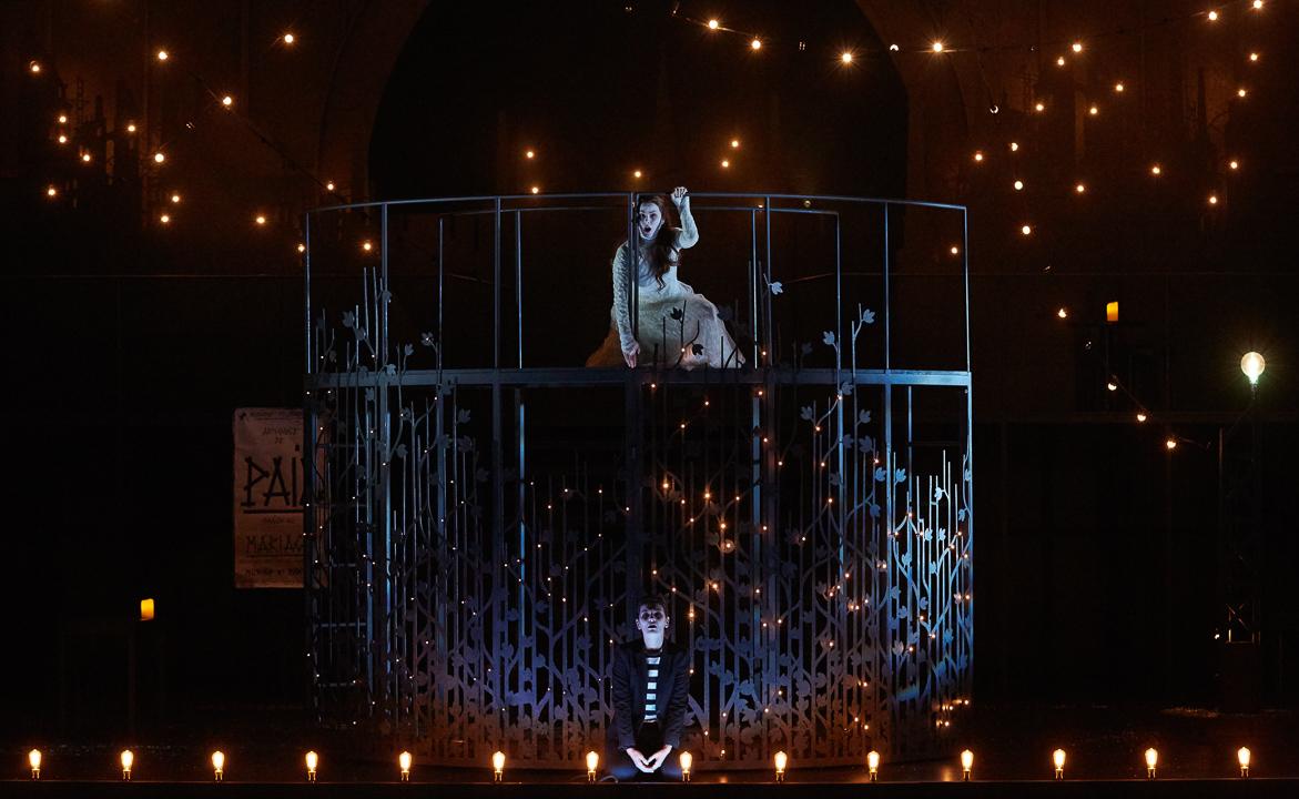 """Fantasio"" au Châtelet : Marianne Crebassa (Fantasio) & au-dessus Marie-Eve Munger (Princesse Elsbeth) / © Pierre Grosbois (Opéra-Comique)"