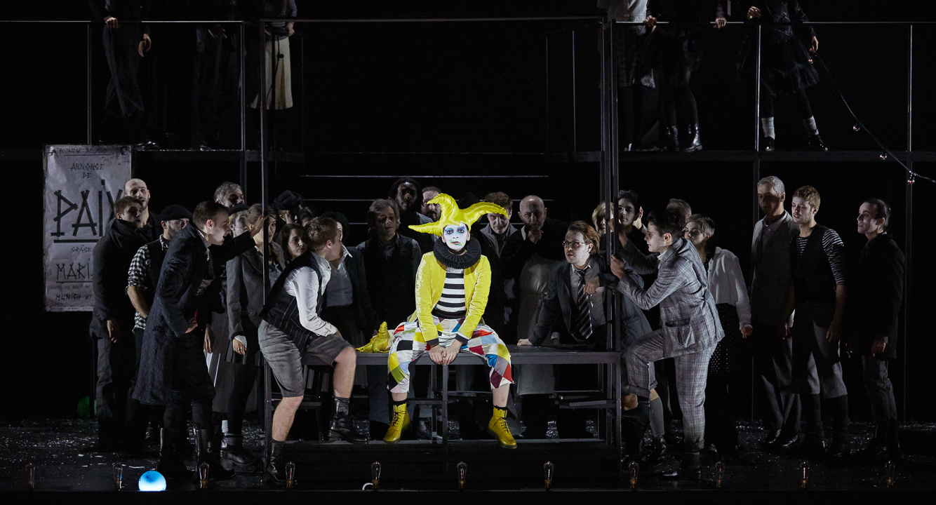 Marianne Crebassa (Fantasio) & le Chœur Aedes / © Pierre Grosbois (Opéra-Comique)