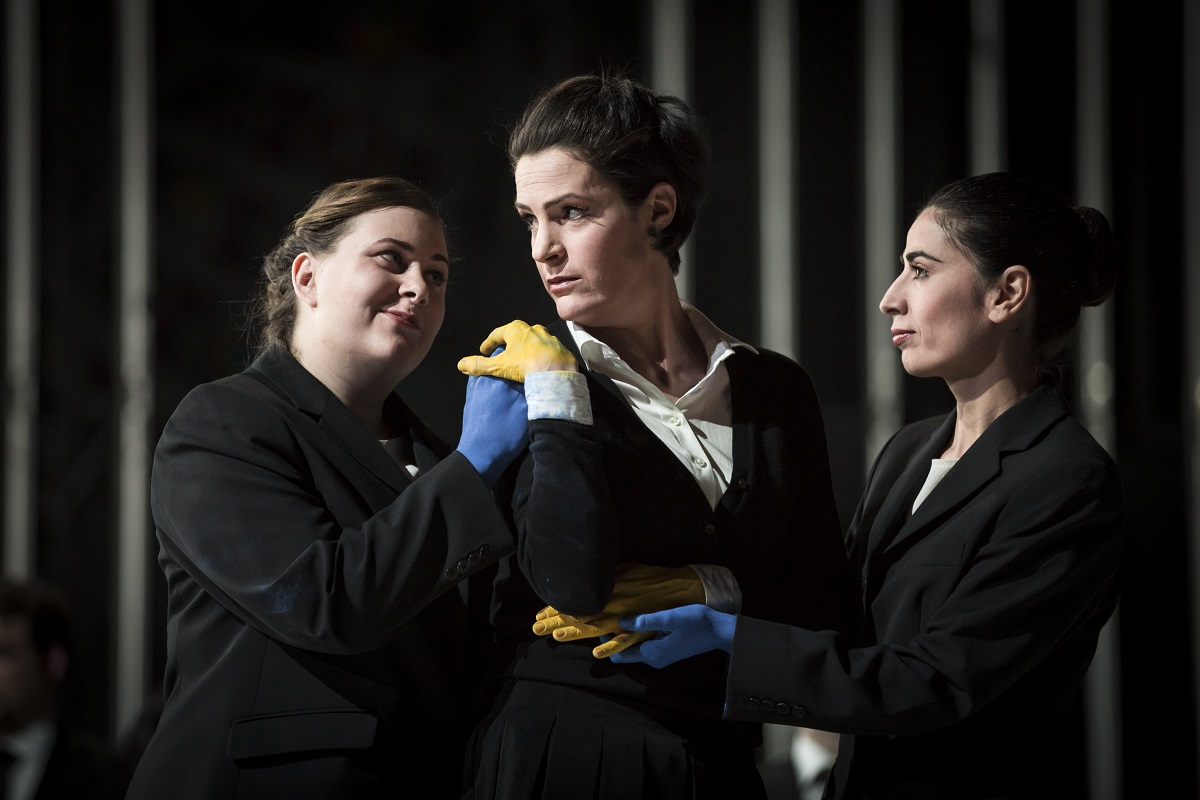 Rachel (Rachel Harnisch) et deux chrétiennes / © Klara Beck (Opéra National du Rhin)