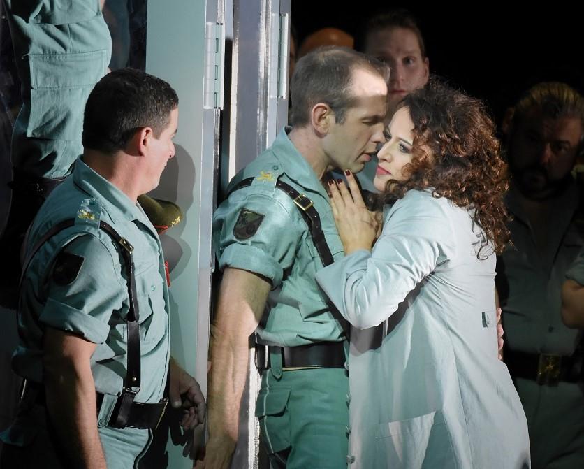 François Lis (Zuniga) & Clémentine Margaine (Carmen) / © Vincent Pontet (Opéra national de Paris, mars 2017)
