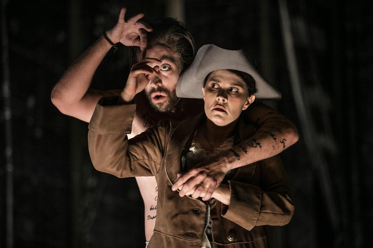 Leporello (Robert Gleadow) & Elvira (Marie-Adeline Henry) / © Mats Bäcker-Drottningholms Slottsteater (2016)