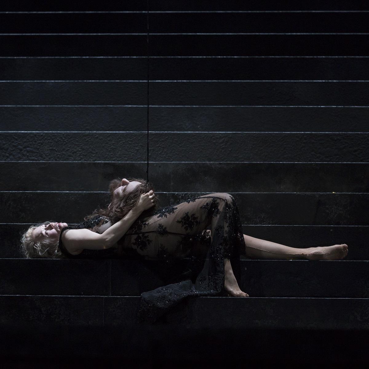 Salomé (Helena Juntunen) tenant la tête de Jokanaan / © Klara Beck (Opéra National du Rhin)