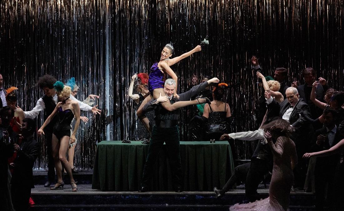 """""""Le Timbre d'argent"""" : Raphaëlle Delaunay (Fiammetta), Tassis Christoyannis (Spiridion), le Chœur Accentus et les danseurs / © Pierre Grosbois (Opéra-Comique)"""