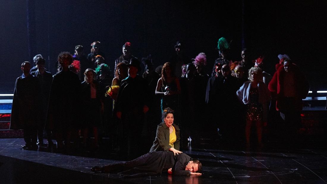 """""""Le Timbre d'argent"""" : Hélène Guilmette (Hélène), Edgaras Montvidas (Conrad), Chœur Accentus et danseurs / © Pierre Grosbois (Opéra-Comique)"""
