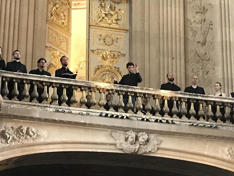 Depuis la Tribune, Raphaël Pichon dirige l'orchestre placé dans le chœur de la Chapelle Royale