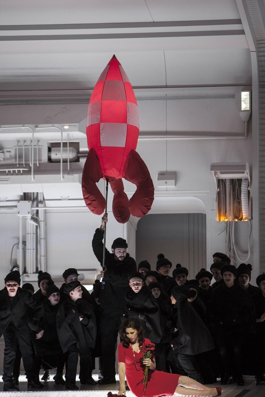 """""""La Bohème"""" de Puccini à l'Opéra National de Paris en décembre 2017 : Nicole Car (Mimi) & Antonel Boldan (Parpignol) / © Bernd Uhlig (OnP)"""