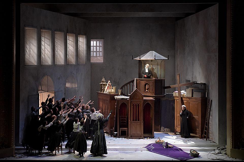 """""""Le Comte Ory"""" : Philippe Talbot (Comte Ory), Jean-Sébastien Bou (Rambaud), Eve-Maud Hubeaux (Ragonde) / © Vincent Pontet (Opéra Comique)"""