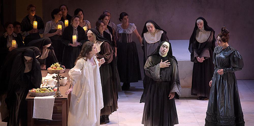 """""""Le Comte Ory"""" : Julie Fuchs (la Comtesse), Philippe Talbot (Comte Ory), Eve-Maud Hubeaux (Ragonde) / © Vincent Pontet (Opéra Comique)"""