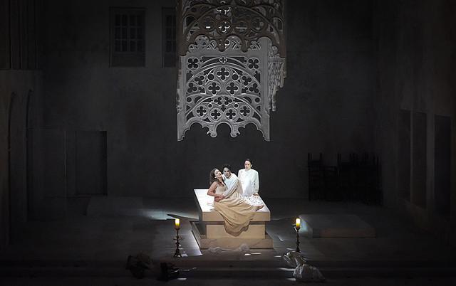 """""""Le Comte Ory"""" : Philippe Talbot (Comte Ory), Gaëlle Arquez (Isolier), Julie Fuchs (la Comtesse) / © Vincent Pontet (Opéra Comique)"""