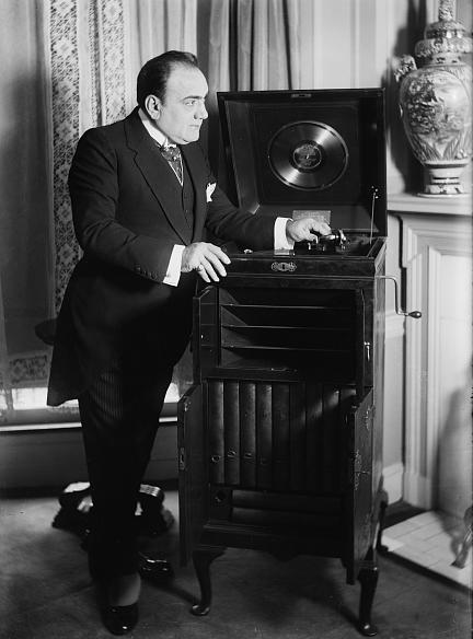 Caruso avec un Gramophone Victrola Bain vers 1913 (DR)