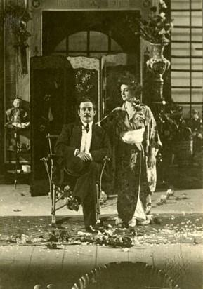 """Puccini avec la soprano Elsa Szamosi sur la scène après une représentation de """"Madame Butterfly"""" à Budapest en 1906"""