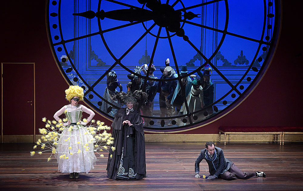 Brigitte de San Lucar (Antoinette Dennefeld), Angèle de Olivarès (Anne-Catherine Gillet), Horace de Massarena (Cyrille Dubois) / © Vincent Pontet (Opéra-Comique)