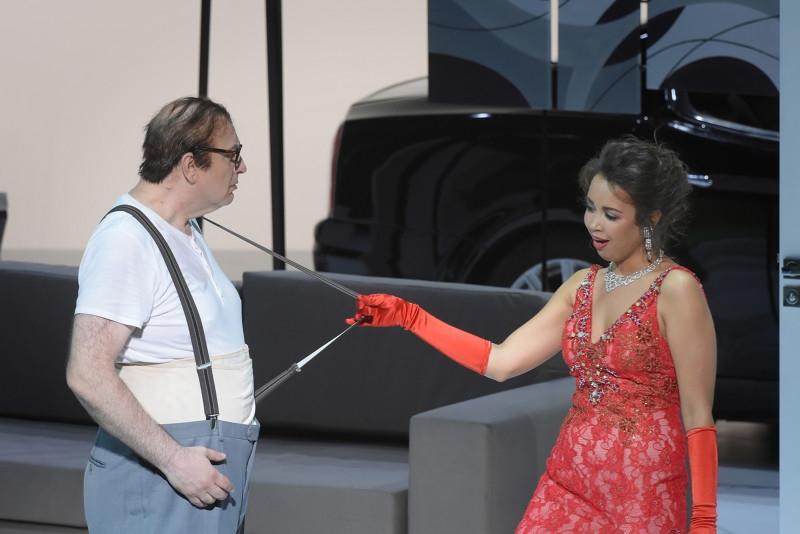"""Don Pasquale"" à l'Opéra Garnier (juin 2018) : Don Pasquale (Michele Pertusi), Norina (Nadine Sierra) / © Vincent Pontet (OnP)"