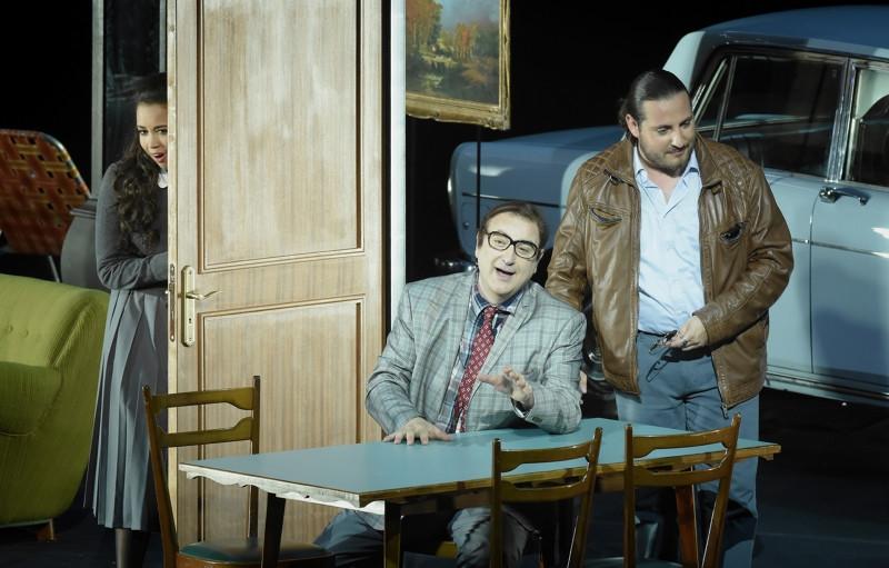 """Don Pasquale"" à l'Opéra Garnier (juin 2018) : Norina (Nadine Sierra), Don Pasquale (Michele Pertusi), Malatesta (Florian Sempey) / © Vincent Pontet (OnP)"