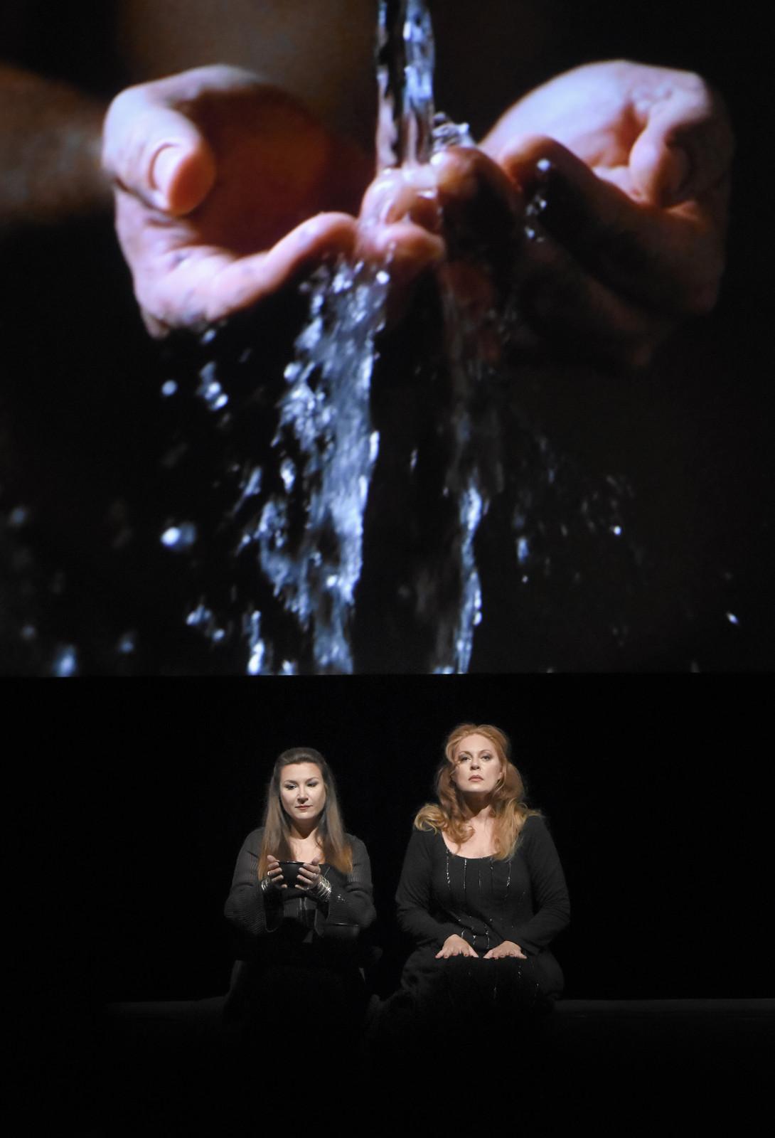 """""""Tristan et Isolde"""" à l'Opéra-Bastille : Ekaterina Gubanova (Brangäne), Martina Serafin (Isolde) / © Vincent Pontet (OnP)"""